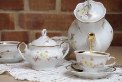 Tè caldo in brocca della porcellana. immagine stock