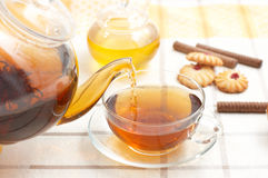Tè caldo che scorre dalla teiera Fotografia Stock