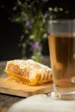 Tè caldo con il pettine del miele Fotografia Stock