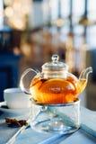 Tè caldo con l'arancia e la cannella Fotografie Stock Libere da Diritti