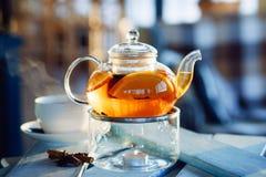 Tè caldo con l'arancia e la cannella Immagini Stock