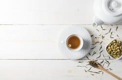Tè caldo con la teiera su legno bianco Fotografia Stock Libera da Diritti