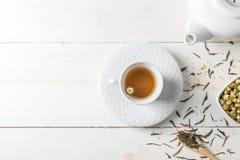 Tè caldo con la teiera su legno bianco Fotografia Stock