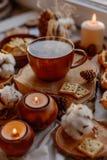 Tè caldo con le candele immagini stock libere da diritti
