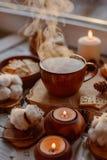 Tè caldo con le candele immagine stock