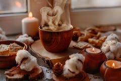 Tè caldo con le candele fotografie stock libere da diritti