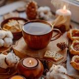 Tè caldo con le candele fotografie stock