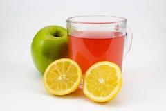 Tè caldo della frutta con la mela ed i limoni Fotografie Stock Libere da Diritti