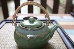 Tè caldo della teiera giapponese con l'oggetto d'antiquariato di verde della tazza ceramico per healt Fotografia Stock