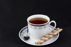Tè caldo dello spuntino accanto a Fotografia Stock Libera da Diritti