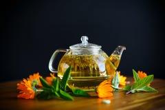 Tè caldo fresco con la calendula fotografie stock