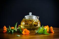 Tè caldo fresco con la calendula fotografia stock