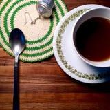 Tè caldo sulla tavola del blocchetto di macellaio con il centrino d'annata ed il cucchiaio Fotografie Stock