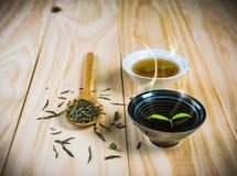 Tè caldo sulla tavola di legno Immagini Stock Libere da Diritti