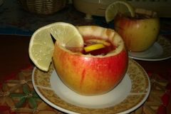 Tè caldo in tazza della mela Fotografia Stock Libera da Diritti