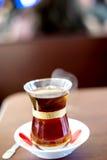 Tè caldo turco con il fondo della sfuocatura Fotografia Stock