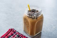 Tè casalingo della bolla del latte con le perle della tapioca in Mason Jar fotografia stock libera da diritti