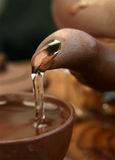 Tè cinese di versamento Fotografia Stock Libera da Diritti