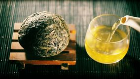 Tè cinese Specie di Puer di variazione del filtro dal tè video d archivio