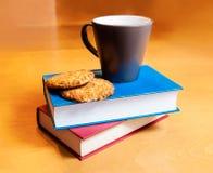 Tè con i biscotti ed i libri Immagine Stock Libera da Diritti