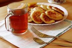 Tè con i pancake ed il miele fotografia stock