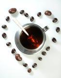 Tè con il fuoco dei confetti del cioccolato sui confetti Fotografie Stock Libere da Diritti