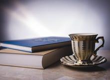Tè con il libro Immagini Stock Libere da Diritti