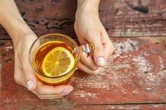 Tè con il limone Mani Il concetto delle bevande, stile di vita Immagini Stock Libere da Diritti