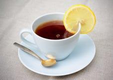 Tè con il limone sulla tavola Fotografie Stock