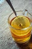 Tè con il limone in un vetro immagine stock libera da diritti