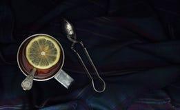 Tè con il limone in una tazza del metallo Vista superiore Immagine Stock