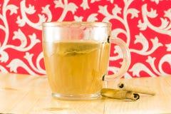 Tè con la mela e la cannella in una tazza Immagine Stock