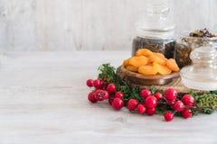 Tè con le albicocche secche in una ciotola di legno con muschio e gli elementi di decorazione immagine stock libera da diritti