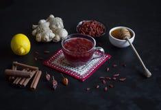Tè con le bacche, il limone, il miele e lo zenzero freschi di Goji immagini stock