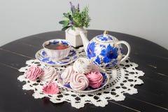 Tè con le caramelle gommosa e molle sulla tavola Fotografia Stock Libera da Diritti