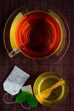 Tè con miele e la bustina di tè Fotografie Stock Libere da Diritti