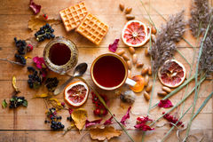 Tè con miele e le cialde Fotografia Stock