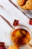 Tè con natale dei biscotti di pepita di cioccolato Fotografia Stock Libera da Diritti