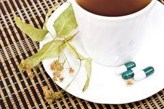 Tè dai fiori del linden e dei ridurre in pani. fotografia stock