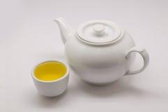 Tè del crisantemo in tazza da the bianco e vaso bianco caldo Fotografia Stock Libera da Diritti