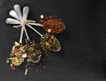 Tè del fiore ed aromatizzato in cucchiaio del metallo Immagine Stock