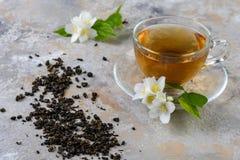 Tè del gelsomino con i fiori del gelsomino Fotografia Stock