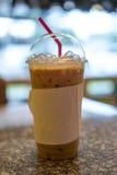 Tè del latte in caffè con il fondo della sfuocatura Immagini Stock Libere da Diritti