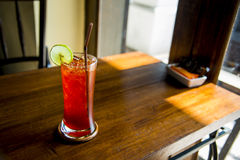 Tè del limone con ghiaccio su table2 di legno Immagini Stock Libere da Diritti
