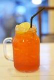 Tè del limone, grande vetro fresco con il contesto del vetro trasparente immagini stock libere da diritti