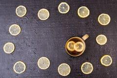 Tè del limone su un fondo nero Immagine Stock Libera da Diritti