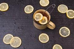 Tè del limone su un fondo nero Immagine Stock