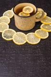 Tè del limone su un fondo nero Fotografia Stock Libera da Diritti