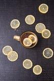 Tè del limone su un fondo nero Immagini Stock