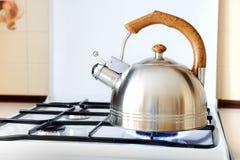 Tè del metallo bollito su una stufa di gas Fotografia Stock